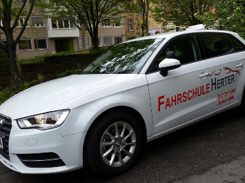Fahrschul-Auto Audi A3 2.0 TDI in weiß mit rotem Fahrschul-Logo