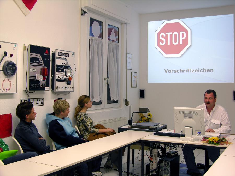 Fahrlehrer Roland Herter erklärt in einer Theoriestunde die Vorschriftzeichen via Laptop.